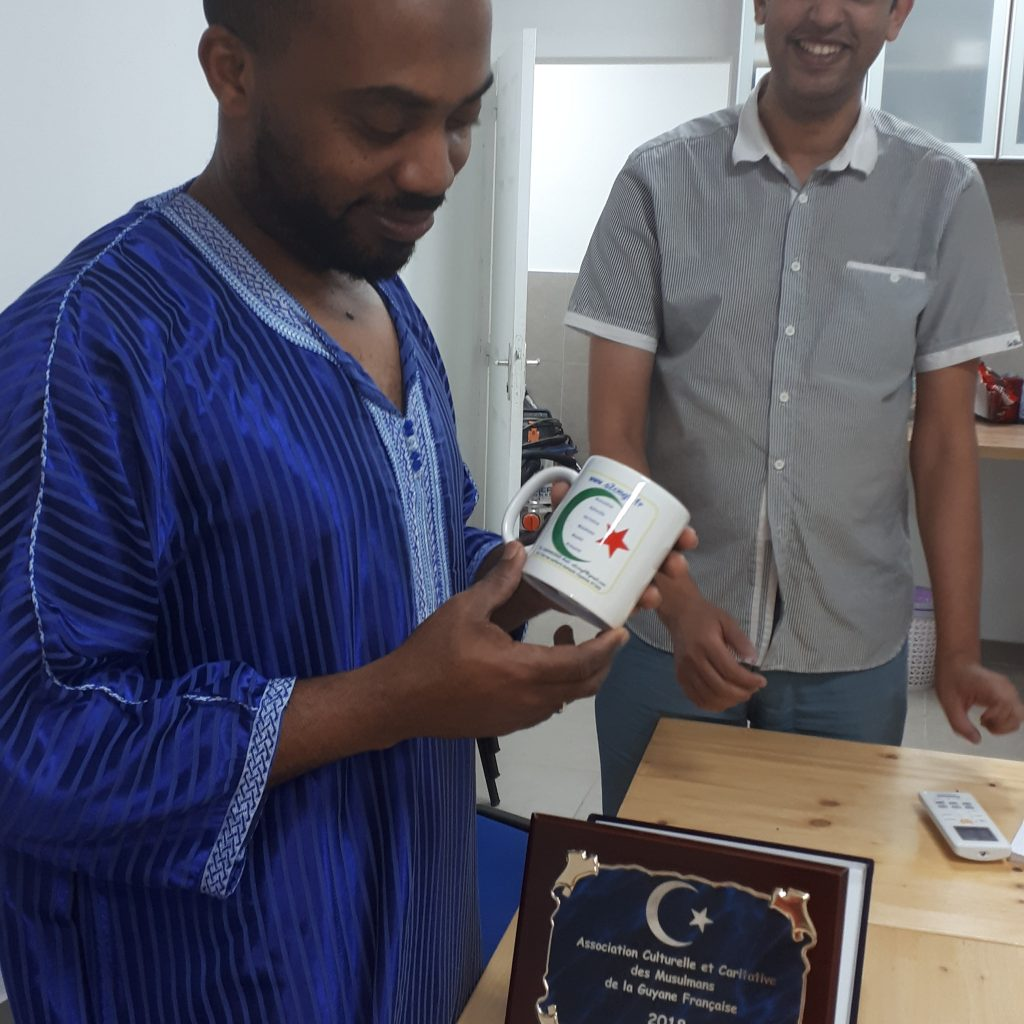 Cadeaux symboliques pour professeur Bajrafil invité des premières journées des musulmans de la Guyane 2019